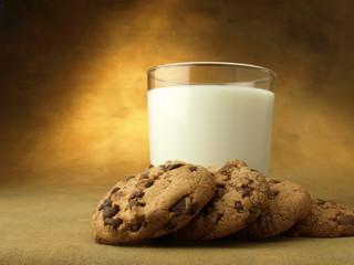 Galletas y vaso de leche