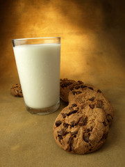 Leche y galletas con chocolate