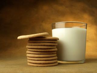 Vaso de leche y galletas redondas