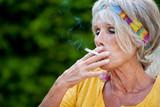 seniorin mit zigarette
