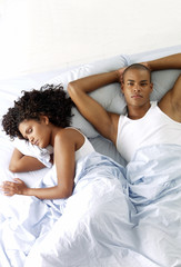 Pareja afroamericana durmiendo.