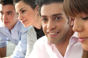 Portrait d'un jeune homme en réunion