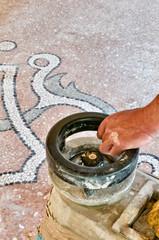 Operaio leviga pavimento alla veneziana