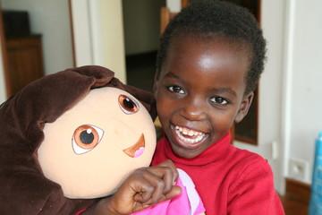 petite fille et sa poupée