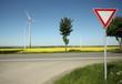 windkraft mit strassenschild