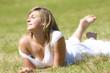 jeune femme pieds nus dans l'herbe