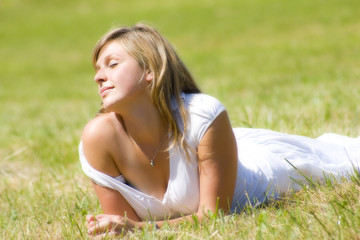 jeune femme heureuse et détendue au soleil