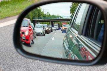 Rush Hour - Stau gesehen im Seitenspiegel