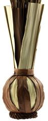 vase artisanal en fibres végétales naturelles, fond blanc
