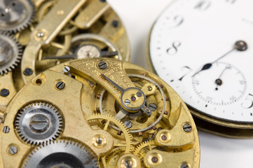 alte Uhrwerke und Zifferblatt