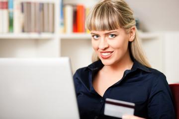 Frau geht online im Internet einkaufen