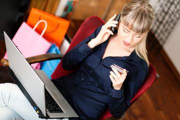 rau geht online im Internet einkaufen