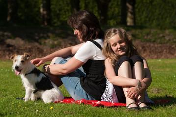 Frau mit Tochter und Hund