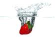 Frische Erdbeere fällt ins kalte Wasser