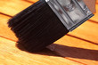Öl wird mit einem Pinsel auf Holz aufgetragen