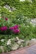 Garten mit Blumenbeet und Gartenweg aus Naturstein