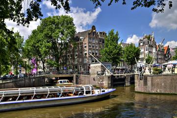 amsterdam: touristenboot in schleuse