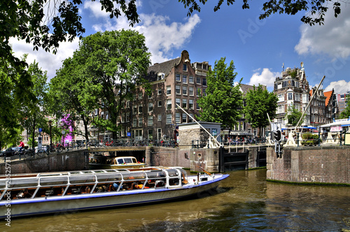 amsterdam: touristenboot in schleuse