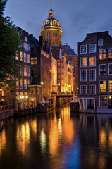 amsterdam: st nikolauskirche bei nacht