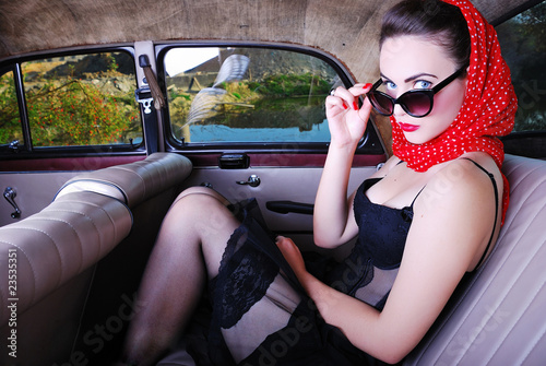 Pin up girl in the oldtimer