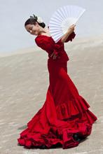 Tradycyjna hiszpańska tancerka flamenco kobieta w czerwonej sukni z wentylatorem