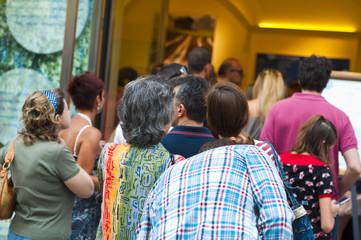 gruppo di persone in fila