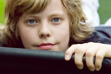 Blonder Junge mit blauen Augen
