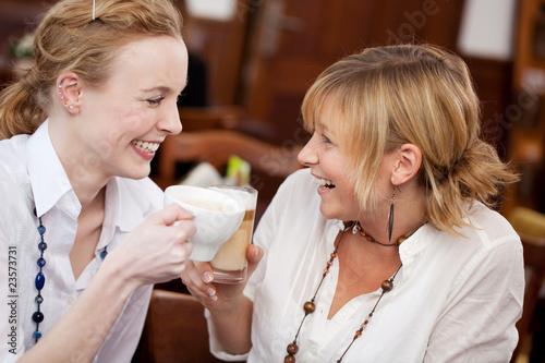 Leinwanddruck Bild freundinnen reden im café