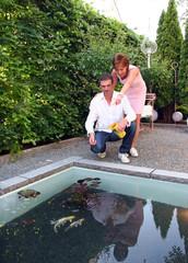 Paar am Gartenteich