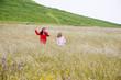 niñas corriendo en el campo