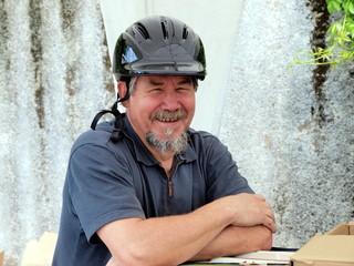 Mensch mit Fahrradhelm