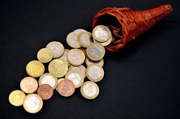 Cornocopia in vimini piena di monete