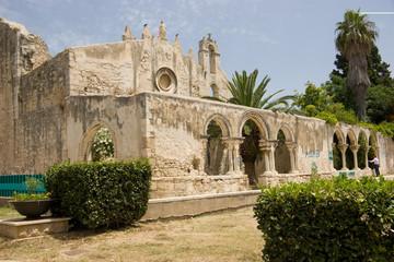 Laterale chiesa San Giovanni Siracusa con giardino