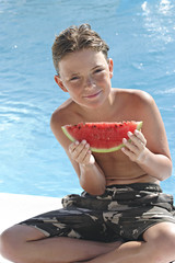 Charle,assis bord de piscine,patéque