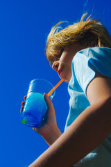 Enfant de profil buvant une boisson à la chlorophylle