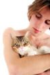 Moment de tendresse - Jeune torse nu et son chat