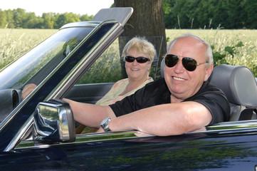 Rentnerpaar im Cabriolet