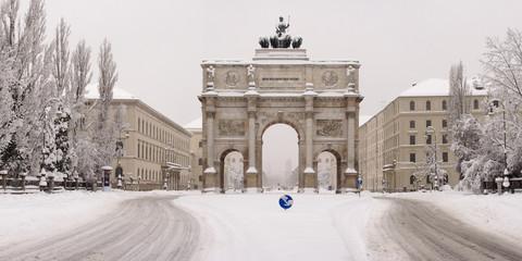 Siegestor München im Schneechaos