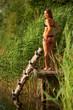 junge Frau in Dessous am See