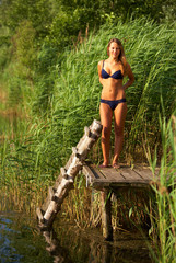 junge Frau in Dessous am See