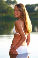 Frau im Bikini am Badesee