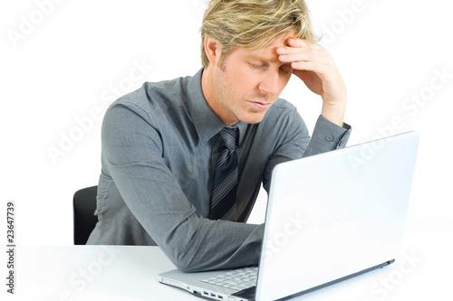 müder Mann vor dem Computer