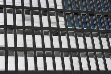 Fensterfront an Geschäftsgebäude