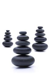 Schwarze Zen Steine in Balance