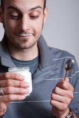 ragazzo mangia yogurt con faccia sorpresa