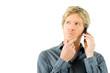 junger Mann mit kritischem Blick am Telefon