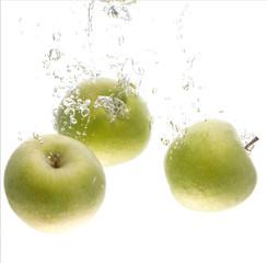 3 grüne Äpfel im Wasser
