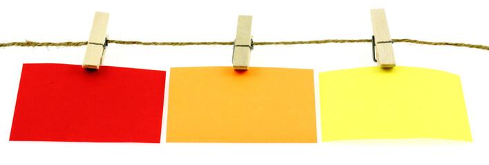 étiquettes mémos sur ficelle, fond blanc