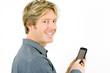junger Mann schreibt mit einem Smartphone