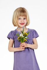 blondes Mädchen mit Blumen 6